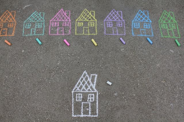 case colorate desenate cu creta pe asfalt